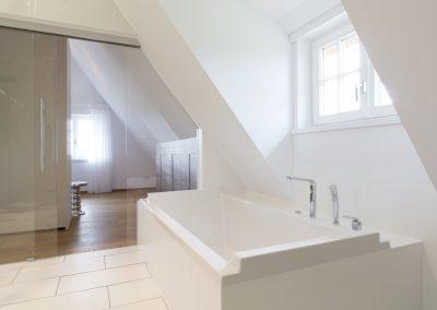 Masterbad im Obergeschoss mit Badewanne