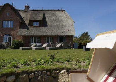 Unscheinbarer Luxus: Blick auf das Reetdachhaus von der Sonnenkuhle aus