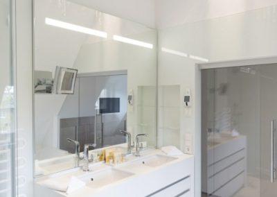 Das Badezimmer mit Flatscreen im Spiegel