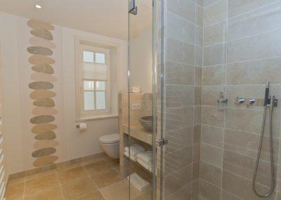 Modern, ansprechend und hochwertig sind die Badezimmer ausgestattet