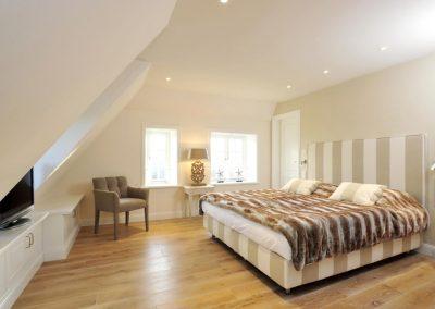 Schlafzimmer mit Doppelbett und Flatscreen im Obergeschoß