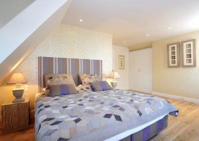 Das zweite Schlafzimmer mit Doppelbett und Flatscreen im Obergeschoß