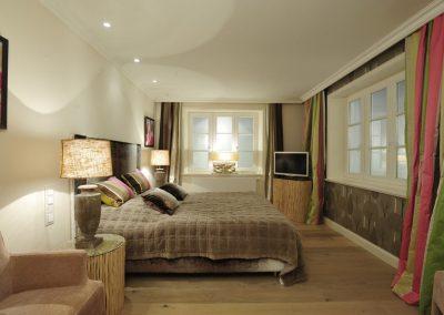 3. Schlafzimmer mit Doppelbett und Flachbildschirm im Warftgeschoss