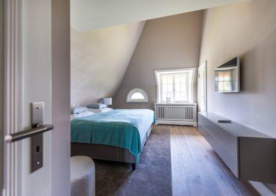 Eines von zwei Schlafzimmern mit Flachbildschirm im Obergeschoss