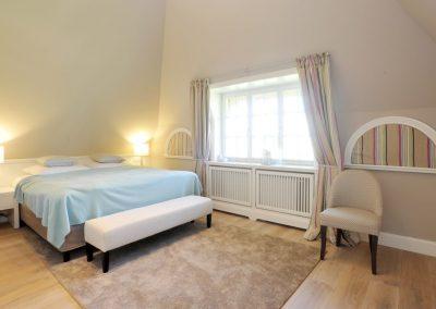 2. Schlafzimmer mit Doppelbett und Flachbildschirm im Obergeschoss