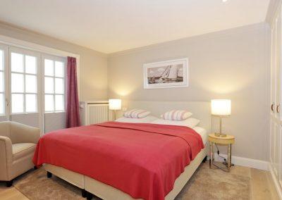 3. Schlafzimmer mit Flatscreen und Kleiderschrank im Untergeschoss