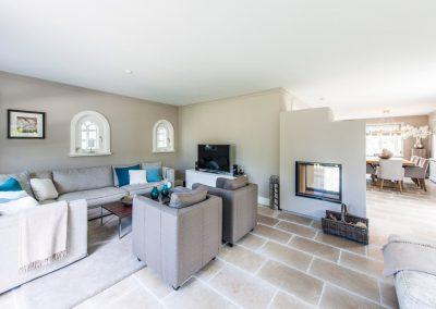Der edle, gemütliche und offene Wohnbereich mit Kamin
