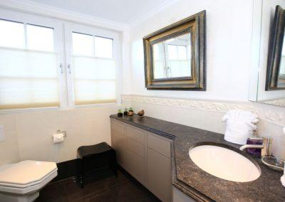Feinste Materialien im Badezimmer im Obergeschoss