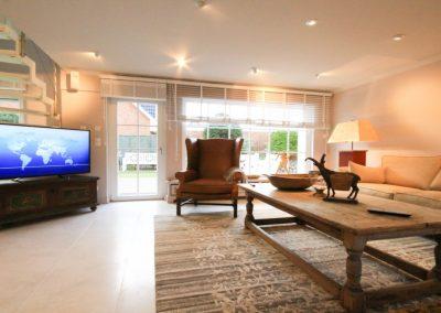 Viel Platz und Tageslicht durchfluten das Wohnzimmer
