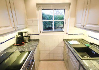 Klein, aber fein: die Küche mit Granitarbeitsfläche