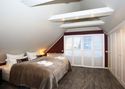 Elektrische Rolläden und Holzplissee garantieren dunkle Räume