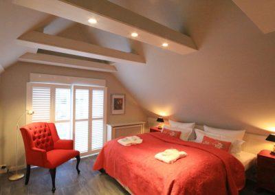 Das 2. Schlafzimmer mit Doppelbett von Treca de Paris, Faltscreen und Spielekonsole