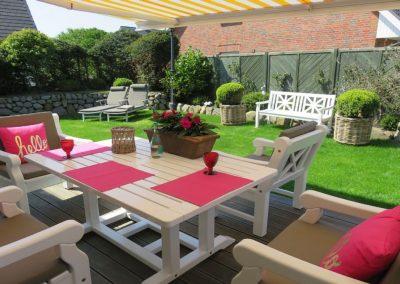 Hochwertige Gartenmöbel und eine elektrische Markise für einen sonnigen Tag