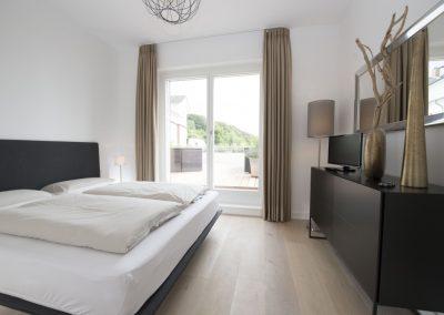Das Schlafzimmer mit Doppelbett und Flachbildschirm