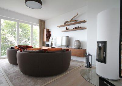 Der gemütliche und moderne Wohnbereich mit Kamin