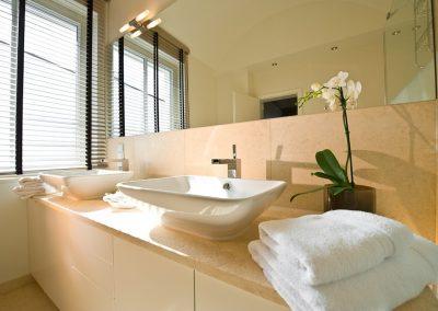Viel Abstellfläche bietet das Duschbad mit seinen beiden Waschschalen
