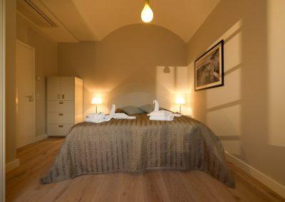 Das 2. Schlafzimmer mit einem großen Doppelbett