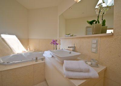 Ort für Entspannung pur: das Vollbad mit Sauna, Dusche und Whirlpool.