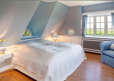 Masterbedroom mit traumhaften Meerblick im Obergeschoss