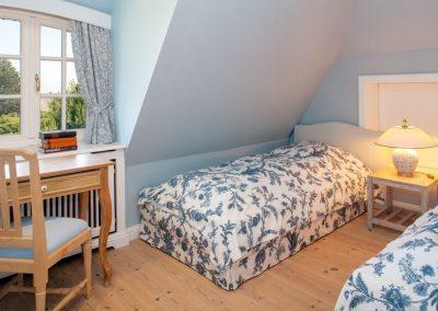 Ein Schlafzimmer mit zwei Einzelbetten und Meerblick im Obergeschoss