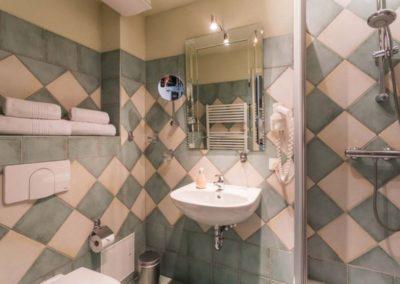 Das Duschbad mit Haartrockner und Kosmetikspiegel