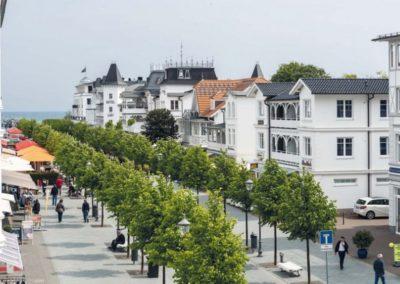Die Straße vor der Villa bis zum 300 Meter entfernten Meer