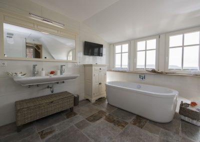 Fernsehen oder Meerblick? In diesem Bad ist beides möglich.