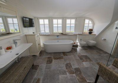Ein Traum: das Badezimmer mit Flatscreen