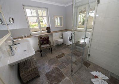 Das Badezimmer mit Waschmaschine im Erdgeschoss.