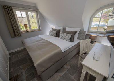 Ein zweites Schlafzimmer mit Doppelbett im Obergeschoss.