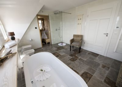 Die Wellnessoase: Badewanne mit Meerblick und Sauna.
