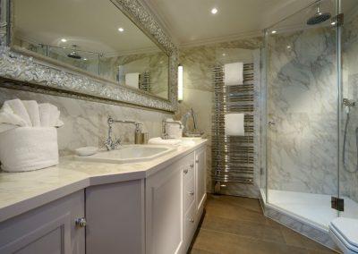 Viel Platz und Abstellfläche im Badezimmer im Obergeschoss