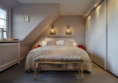 Das Schlafzimmer mit großem Doppelbett im Obergeschoss