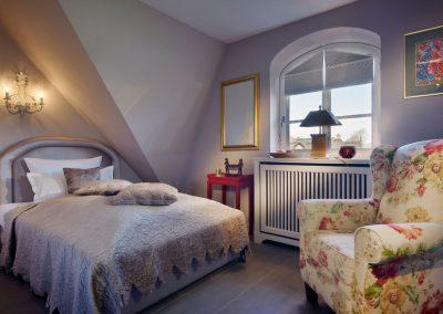 Das 120 cm breite Einzelbett mit Flachbildschirm und Kleiderschrank im Obergeschoss