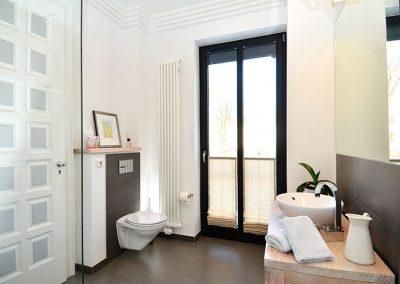 Das moderne und helle Tageslicht- Duschbad.
