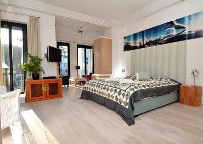 Das ca. 33 m² große Hauptschlafzimmer mit Flachbildschirm.