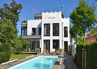 Die Luxus Villa Tusculum in Binz mit eigenem Pool im Garten.