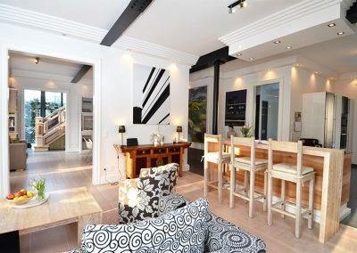 Nehmen Sie Platz an der Küchentheke der offenen Wohnküche.