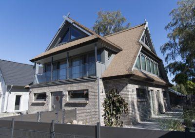 Tolle Kombination: das Reetdachhaus mit moderner Architektur.