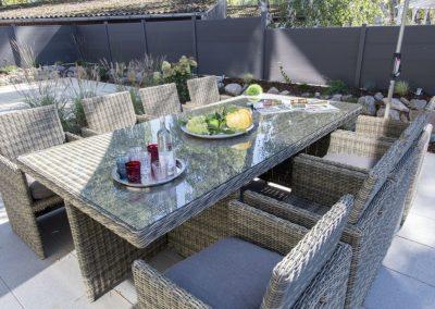 Gartenmöbel und eine Feuerstelle laden zum verweilen ein.