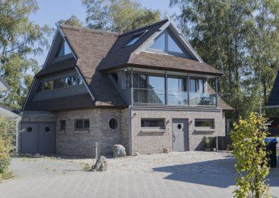 Formvollendet und edel: die moderne Architektur der reetgedeckten Villa