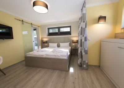 Schlafzimmer 2 mit Doppelbett und Wandbett und Bad en suite