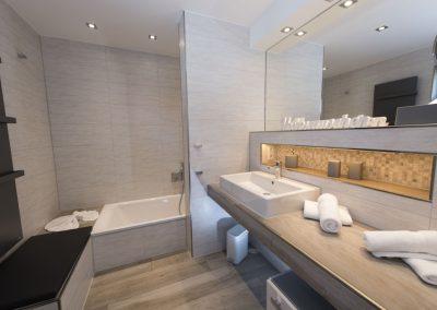 Das Bad en suite 1 mit Badewanne und Dusche