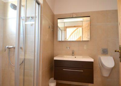 Ein zweites Bad mit Dusche steht zur Verfügung.