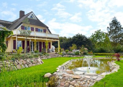 Ein idyllisch angelegter Garten mit Teich dienen der Erholung.