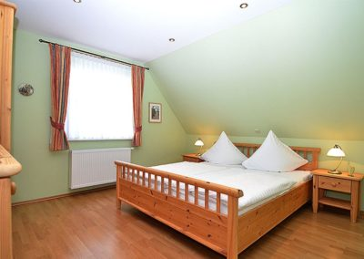 Eines von drei Schlafzimmern mit Doppelbett