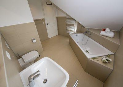 Das moderne Badezimmer mit Badewanne...