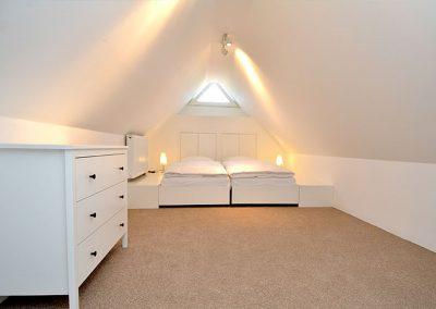 Das Schlafzimmer mit Doppelbett im Dachgeschoss