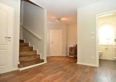 Der Eingangsbereich mit Garderobe und Aufgang ins Obergeschoss