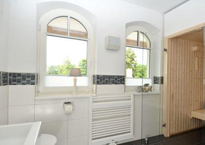 Das Duschbad mit Sauna befindet sich im Erdgeschoss